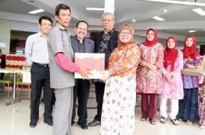 Dharma Wanita Persatuan (DWP) UIN Jakarta Bagikan Bingkisan Lebaran