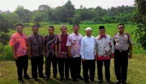 Wakil Rektor Bidang Kerjasama Prof Dr Murodi MA (Ke-3 dari Kanan), Wakil Wali Kota Depok Dr KH Idris Abdul Shomad MA (Ke-2 dari kanan) berpose sesaat setelah peresmian kegiatan pembangunan Gedung LPTK UIN Jakarta, Jumat (07/08/2015)