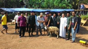 Menwa UIN Jakarta bagikan hewan kurban di Dewa Purasari, Leuwiliang, Bogor, Jawa Barat