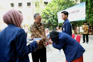 Rektor Prof Dr Dede Rosyada MA saat melepas peserta KKN-PpMM 2015 UIN Jakarta