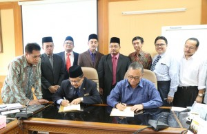 Rektor UIN Jakarta Prof Dr Dede Rosyada MA dan Naib Canselor Prof Dr Haji Mohd Taib bin Dora, saat menandatangani Nota Kerjasama antara dua lembaga.