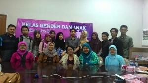 Guru Besar Komunikasi Gender IPB  Prof. D. Ir. Aida Vitalaya S. Hubies (duduk tengah, tiga dari kiri dan kanan)