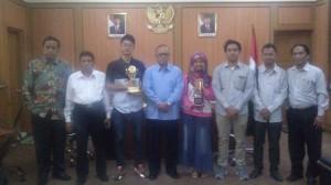 Anggota MCC sekaligus Tim Debat Hukum Fakultas Syariah dan Hukum (FSH) UIN Jakarta berpose usai audiensi dengan Rektor Prof Dr Dede Rosyada MA di Ruang Rektor UIN Jakarta, Senin (12/10)