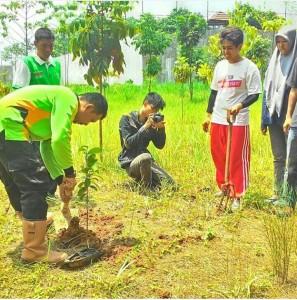 DNK TV UIN Jakarta melakukan aksi Penanaman 1000 pohon bekerjasama dengan Badan Lingkungan Hidup Daerah (BLHD) Tangerang Selatan dan KMPLHK RANITA UIN Jakarta, Minggu (15/10). Aksi penanaman dilakukan di lahan terbuka Jl. Tol Bintaro-Jakarta, Rawa Buntu, Tangerang Selatan.