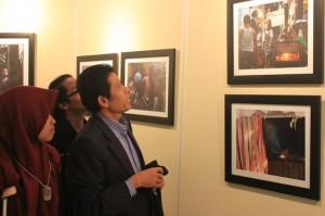 Wakil Rektor Bidang Kemahasiswaan Prof Dr Yusron Razak M.Si saat mengunjungi pameran foto 'Bela Negara' UKM Kalacitra, Kamis (19/11). Terdapat 60 foto karya 10 fotografer Kalacitra.