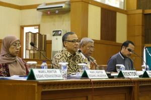 Rektor Prof. Dr. Dede Rosyada MA membuka secara resmi Rapat Kerja Pimpinan (Rakerpim) UIN Jakarta tahun 2016 di Auditorium Utama, Rabu (10/02). Sepanjang 2015, UIN Jakarta berhasil mencatatkan kinerja sektor penelitian dan pengabdian masyarakat dengan membanggakan.