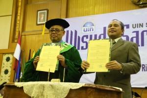 Rektor UIN Jakarta Prof. Dr. Dede Rosyada, M.A. & Menteri Desa PDTT H. Marwan Ja'far, SE.,SH., MM., M.Si Seusai menandatangani naskah kerjasama, Minggu (21/02).