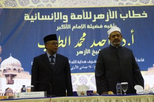 Grand Syaikh al-Azhar Prof. Dr. Ahmad Muhammad el-Thayyeb didamping Rektor Prof. Dr. Dede Rosyada MA berisap memberikan orasi kemanusiaan.