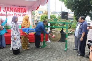 Rektor UIN Jakarta Prof.Dr. Dede Rosyada, M.A. Secara Resmi membuka Education Expo di halaman Gd. rektorat, Kamis (24/02/16).