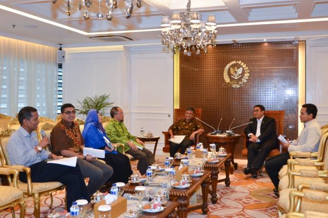 Perwakilan guru besar Asep Saefuddin memberikan surat pernyataan sikap resmi para Guru Besar.