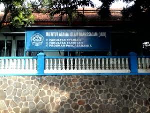 UIN Jakarta dan Institut Agama Islam Darussalam (IAID) Ciamis sepakat menandatangani nota kesepahaman (MoU) kerjasama bidang akademik di Gedung Nadwatul Ummah, Pondok Pesantren Darussalam, Ciamis, Jawa Barat, Sabtu (05/03). Fokus kerjasama akademik ini adalah penguatan program S2 Pendidikan Agama Islam sekaligus penyiapan program doktor konsentrasi yang sama.