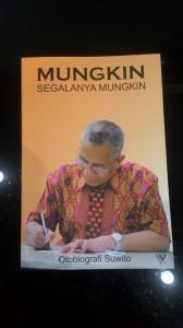 Sekretaris Senat dan Guru Besar UIN Syarif Hidayatullah Jakarta, Prof. Dr. Suwito meluncurkan buku otobiografi dengan judul Mungkin Segalanya Mungkin di Auditorium SPs UIN Jakarta, Senin (07/03). Buku ini memuat perjalanan hidup Suwito sejak kecil hingga meraih Guru Besar di UIN Jakarta.