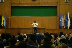 Pusat Pengabdian Kepada Masyarakat (PPM) UIN Jakarta memberikan pembekalan kepada mahasiswa calon perserta program Kuliah Kerja Nyata-Pengabdian kepada Masyarakat oleh Mahasiswa (KKN-PpMM) 2016 di Auditorium Harun Nasution, rabu (13/04). Pembekalan diberikan langsung oleh Kepala Pusat Pengabdian kepada Masyarakat (PPM) UIN Jakarta DJaka Badranaya ME. (Foto: Hermanuddin)