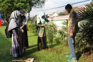 Unit Kegiatan Mahasiswa Kelompok Mahasiswa Pecinta Lingkungan Hidup dan Kemanusian Kembara Insani Ibnu Batutah (KMPLHK RANITA) UIN Jakarta menyelenggarakan kegiatan UIN Green Kampus 2016 di Ruang Terbuka Hijau UIN, Jumat (22/04).  Salah satu aksinya adalah pembuatan lubang biopori di lingkungan kampus UIN Jakarta.