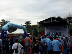 Segenap pimpinan dan jajaran sivitas akademik UIN Jakarta berpartisipasi mengikuti gerak jalan santai di Monumen Nasional (Monas), Minggu 929/05). Selain dalam rangka memeriahkan milad ke-59 UIN Jakarta, acara yang bertema Kirab Manggala: 59 Tahun ADIA-IAIN-UIN Syarif Hidayatullah Untuk Dunia ini juga diisi dengan penyampaian deklarasi perdamaian oleh Rektor UIN Jakarta Prof Dr Dede Rosyada MA.