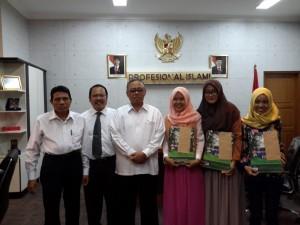 Empat Wisudawati ditetapkan sebagai juara lomba foto terbaik Wisuda Sarjana ke-100 UIN Jakarta yang dilaksanakan 21-22 Mei lalu. Para juara tersebut menerima bingkisan sebagai apresiasi Rektor UIN Jakarta Prof Dr Dede Rosyada MA, bertempat di ruang kerja rektor, Senin (30/05).