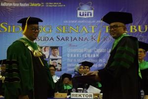 UIN Jakarta mengukuhkan Prof. Dr. M. Arskal Salim, GP., MA sebagai Guru Besar bidang Politik Hukum Islam Fakultas Syariah dan Hukum (FSH). Pengukuhan yang dilaksanakan dalam Sidang Senat dan Wisuda Sarjana UIN Jakarta Ke-100 di Auditorium Harun Nasution, Sabtu (21/05).