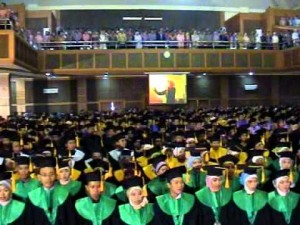 UIN Syarif Hidayatullah Jakarta akan menggelar wisuda sarjana dan pascasarjana yang ke-100, pada sabtu dan minggu (20-21/05). Acara wisuda akan digelar di Gedung Auditorium Harun Nasution Kampus I jalan Ir. H. Juanda no. 95 Ciputat Kota Tangerang Selatan.