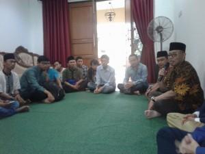 Rektor UIN Jakarta Prof Dr Dede Rosyada (berkopiah) didampingi Wakil Rektor Bidang Kemahasiswaan Prof Dr Yusron Razak (tidak tampak) saat berdialog dengan para aktifis lembaga kemahasiswaan di rumah dinasnya, Rabu (29/6).