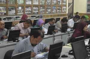 Sejumlah peserta calon penerima beasiswa studi doktor dalam negeri Direktorat Pendidikan Tinggi Islam tengah mengikuti seleksi di kampus Sekolah Pascasarjana UIN Jakarta, Senin (30/5).