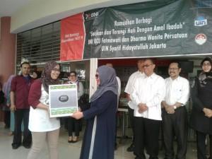 Ketua Dharma Wanita Persatuan (DWP) UIN Jakarta Dr Andriyani Dede Rosyada (kanan) secara simbolis membagikan bingkisan lebaran kepada salah satu pegawai UIN Jakarta di gedung Kafe Cangkir, Senin (27/6). Pada tahun ini DWP menyiapkan sedikitnya 750 bingkisan untuk dibagikan kepada para pegawai golongan I dan II.