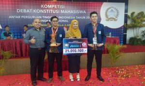 Tim Debat FSH UIN Jakarta Pertahankan Juara I Kompetisi Debat Konstitusi Tingkat Nasional 2016 dan Raih Best Sepeaker