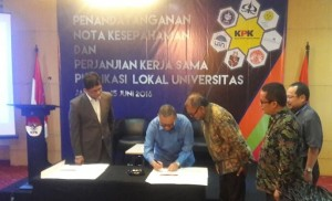Rektor UIN Jakarta Prof. Dr. Dede Rosyada MA menandatangani naskah kerjasama pemberantasan korupsi disaksikan Ketua KPK Ir. Agus Rahardjo M.Sc di Auditorium KPK, Rabu (15/06). Menurut rektor, UIN Jakarta ikut bertanggungjawab meminimalisir terjadinya segala bentuk penyelewengan keuangan negara.