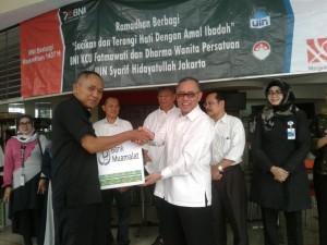 Rektor UIN Jakarta Prof Dr Dede Rosyada secara simbolis menyerahkan bingkisan lebaran kepada salah satu pegawai Satpam UIN Jakarta di gedung Kafe Cangkir, Jakarta Selatan, Senin (27/6).