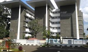 """Gedung kampus Fakultas Ilmu Sosial dan Ilmu Politik di kampus 2 UIN Jakarta di Jalan Kertamukti, Cireundeu, Ciputat Timur, tampak dari depan. Di lahan ini, dulu merupakan """"Wisma Kertamukti"""" yang menjadi Kantor Penghubung Pemerintah Provinsi Jawa Barat di Jakarta."""