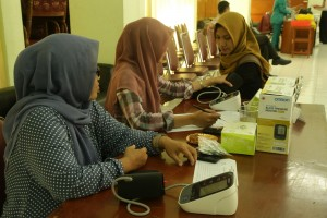 Seorang mahasiswi baru (Maba) UIN Jakarta sedang mengikuti pemeriksaan kesehatan oleh tim paramedis. Pemeriksaan kesehatan Maba jalur SBMPTN dijadwalkan berlangsung sejak Senin (11/07) hingga Senin (18/07) mendatang.