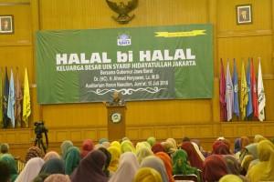 Gubernur Jawa Barat Ahmad Heryawan saat memberikan ceramah halal bi halal di depan sivitas akademika UIN Jakarta di Auditorium Harun Nasution, Jumat (16/7).