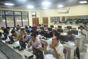 Para calon mahasiswa baru program S2 dan S3 tengah mengikuti ujian tulis di gedung Sekolah Pascasarjana UIN Jakarta, Selasa (26/7). (Foto: Dok SPs UIN Jakarta)
