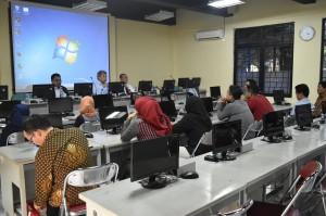 Pimpinan Sekolah Pascasarjana UIN Jakarta (dari kiri) Dr JM Muslimin, Prof Dr Masykuri Abdillah, dan Prof Dr Didin Saepuddin saat melepas para sarjana lulusan program magister dan doktor di Ruang Resource Center, Kamis (18/8).