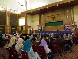 UIN Jakarta menggelar gladi resik acara wisuda ke-101 kepada 1005 wisudawan dari seluruh fakultas dan pascasarjana UIN Jakarta, Kamis (18/08), bertempat di Auditorium Harun Nasution Kampus I UIN Syarif Hidayatullah Jakarta, Jalan Ir Juanda No 95 Ciputat, Tangerang Selatan.