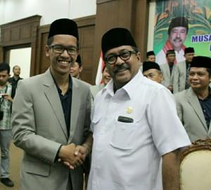 Ahmad Hamdani berfoto dengan Gubernur Banten Rano Karno. Hamdani berhasil menjuarai penulisan makalah MTQ Nasional ke-XXVI di Mataram.