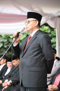 Rektor UIN Jakarta Prof Dr Dede Rosyada saat menjadi inspektur upacara pada peringatan HUT RI ke-70 di lapangan gedung Studen Center pada 17 Agustus 2015. (Foto: Hermanuddin)