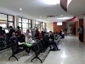Ratusan mahasiswa baru yang dinyatakan lulus melalui jalur SPMB Mandiri UIN Jakarta hari ini mulai melakukan daftar ulang di gedung Akademik UIN Jakarta, Senin (01/8).