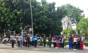 Para petugas upacara HUT RI ke-71 yang terdiri dari Paskibra dari mahasiswa baru, Resimen Mahasiswa (Menwa), dan didukung oleh beberapa UKM UIN Jakarta lainnya menggelar gladi resik. Gladi resik dilaksanakan di halaman Aula Student Center (SC), Selasa (16/8).