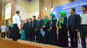 Dekan Fakultas Ilmu Tarbiyah dan Keguruan (FITK) Prof Dr Ahmad Thib Raya (depan) saat mengukuhkan pengurus Alumni FITK (Altar) periode 2016-2020 di gedung Auditorium Prof Dr Harun Nasution, Selasa (30/8).