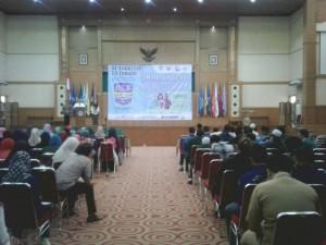 """Rektor UIN Jakarta Prof Dr Dede Rosyada saat memberi sambutan pada Seminar Nasional """"Pengaruh Bahasa Arab terhadap Budaya Indonesia"""" di Auditorium Prof Dr Harun Nasution, Senin (26/9). (Foto: Nanang Syaikhu)"""
