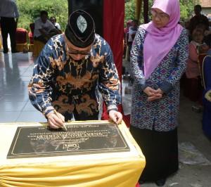 Rektor UIN Jakarta Prof Dr Dede Rosyada MA meresmikan penggunaan rumah singgah (guest house) yang terletak di kampus pengembangan UIN Jakarta, Cikuya, Balaraja. Rabu, (14/09).