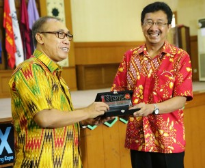 The Dean of Faculty of Da'wa and Communication Science UIN Jakarta Dr. Arief Subhan MA , the Director of iNewsTv Wijaya Kusuma Subroto signed the Cooperation Agreement in the main auditorium of UIN Jakarta, Wednesday, (9/28).