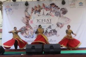 Unit Kegiatan Mahasiswa (UKM) FLAT menggelar festival dan bazar sebagai penutup acara ICFEST 2016. Acara yang berlangsung di lapangan parkir Student Center (SC) ini dilaksanakan, Sabtu (17/9).