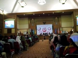 Dewan Eksekutif Mahasiwa (DEMA) UIN Jakarta gelar Talkshow Sing Out Asia (SOA), acara yang diadakan setiap tahun dengan kuota lima sampai tujuh orang perwakilan setiap negara ini, dilaksanakan di Auditorium Harun Nasution, Kamis (01/09).