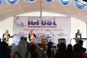 Salah satu pementasan budaya dari Flat Bahasa oleh mahasiswa UIN Jakarta pada ICFest ke-3 tahun 2015 lalu. (Foto: Dok Flat Bahasa)