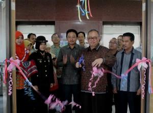 Rektor UIN Jakarta Prof Dr Dede Rosyada MA meresmikan mulai digunakannya gedung baru Pusat Perpustakaan UIN Jakarta. Peresmian ditandai dengan pemotongan tumpeng dan dilanjutkan dengan pengguntingan pita, di ruang sirkulasi lantai tiga Pusat Perpustakaan, Kamis (08/9).