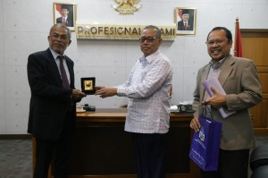 Rektor UIN Prof Dr Dede Rosyada MA Jakarta menerima cindera mata dari Chancellor USAS Prof Dr Nordin Kardi usai pertemuan, Kamis (29/9/16).