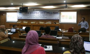 Mahasiswa UIN Jakarta semester akhir mengikuti Career Development Center (CDC) yang dilaksanakan oleh bagian kerjasama UIN Jakarta, Kamis (15/09), bertempat di ruang Diorama Auditorium Harun Nasution lantai satu.