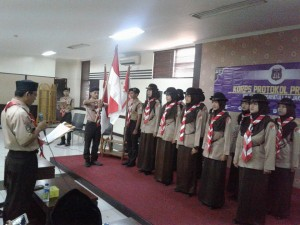 Pembina Pramuka Nanang Syaikhu saat melantik dan mengukuhkan 11 anggota Korps Protokol Pramuka UIN Jakarta di Ruang Uni Club Auditorium Prof Dr Harun Nasution, Minggu (9/10). (Foto Istimewa)