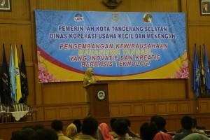 """Wali Kota Tangerang Selatan Hj Airin Rachmi Diany MH saat memberikan sambutan pada acara """"Pengembangan Kewirausahaan Mahasiswa Tangsel yang Inovatif dan Kreatif Berbasis Tekhnologi"""" di Auditorium Harun Nasution, Senin (17/10)"""